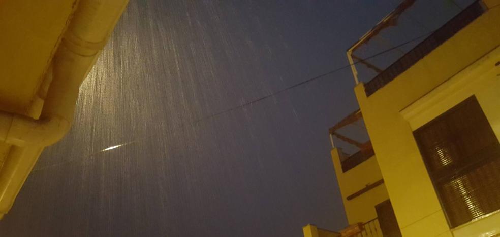 Bomberos rescatan a una persona por las lluvias en Estepona