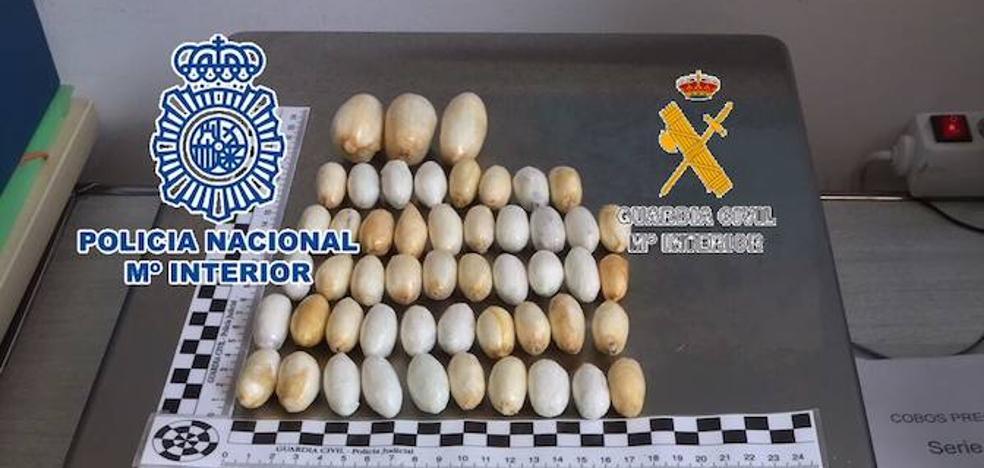 Detenida en el aeropuerto de Málaga una mujer con 51 bellotas de cocaína ocultas en su cuerpo