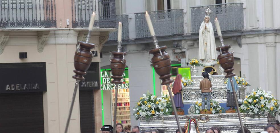 La Virgen de Fátima protagoniza el rosario de las hermandades de gloria hasta la Catedral