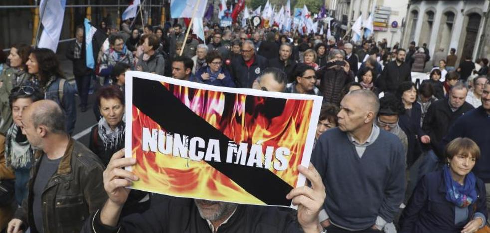 Miles de personas se manifiestan contra los incendios y piden la dimisión de Feijóo