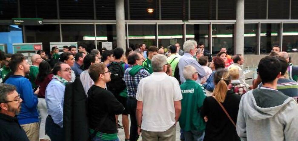 El metro deja tirados a decenas de viajeros al salir del partido de baloncesto