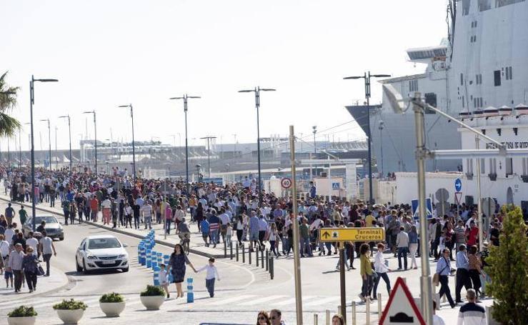 Fotos de la colas para ver el Juan Carlos I en Málaga