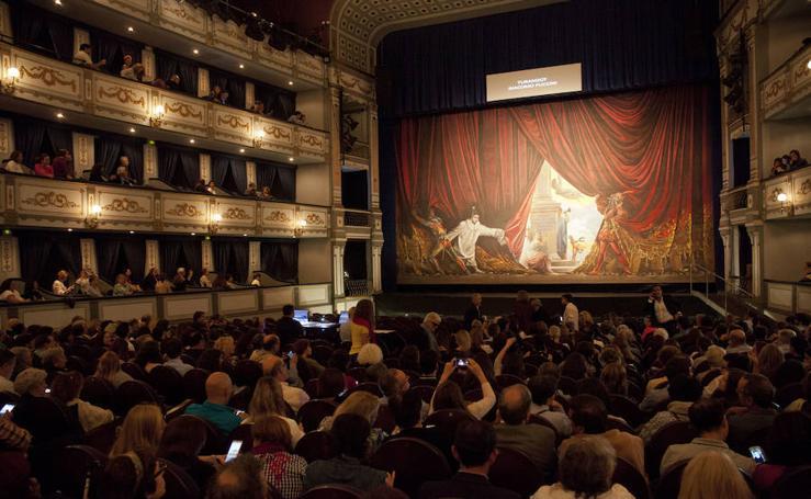 El telón de boca de Ferrándiz vuelve a abrir la escena del Teatro Cervantes tras su restauración