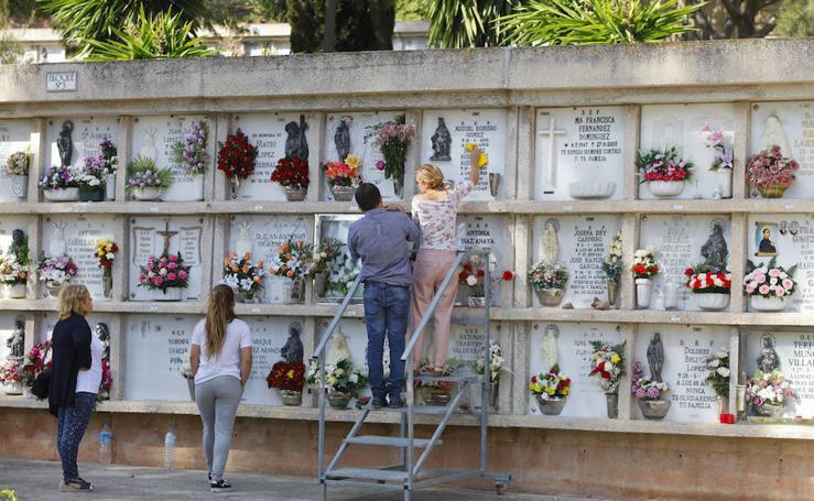 En fotos, el Día de Todos los Santos en los cementerios de Málaga