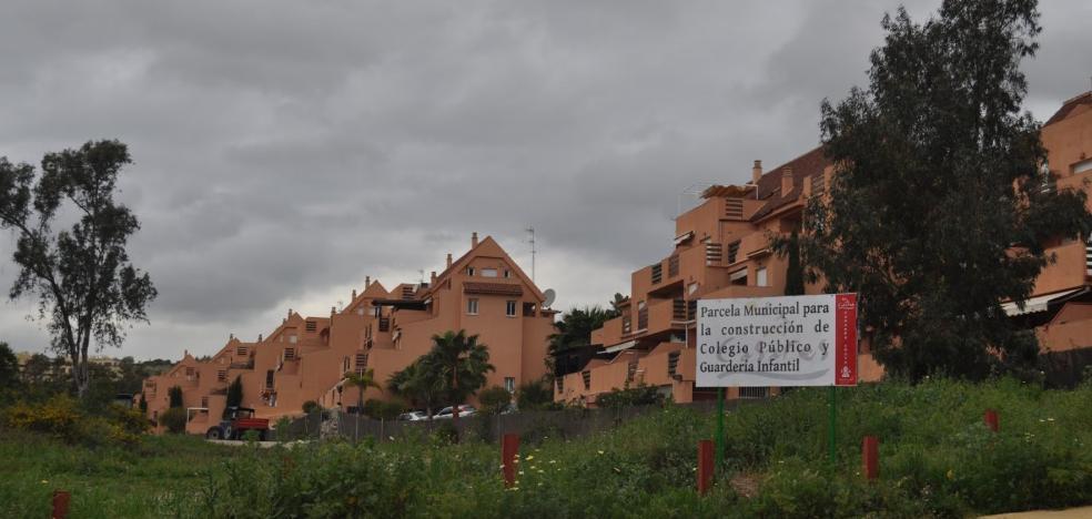 Casares ofrece cuatro parcelas a la Junta para un colegio en la costa