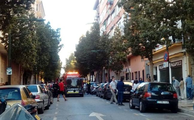 Desalojan un edificio de la calle Sevilla al atrincherarse un hombre tras una supuesta agresión a su madre en Málaga capital