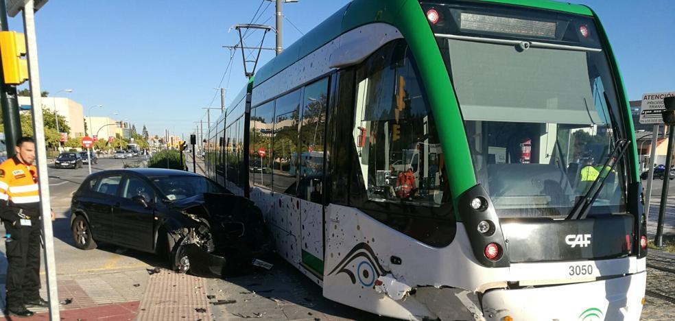 Nuevo accidente entre un coche y el metro de Málaga en el cruce del Clínico con dos heridos leves