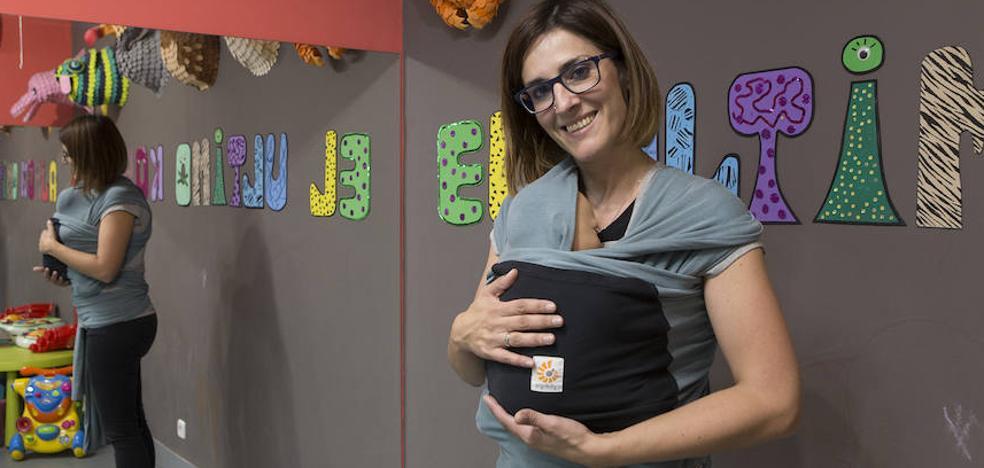 Bebé en brazos, bebé feliz: reglas para portear con seguridad