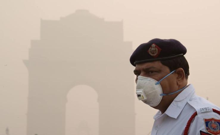 Imágenes de la densa niebla que cubre Nueva Delhi, producto de la elevada contaminación