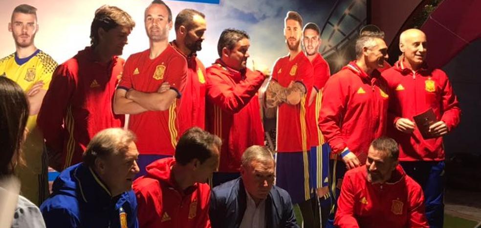 Las leyendas de la selección española visitan la 'fan zone'