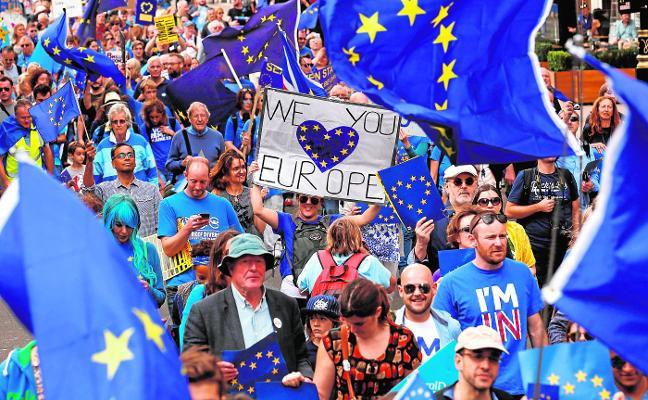 May pone hora a un 'brexit' cada día más incierto y contestado en Reino Unido