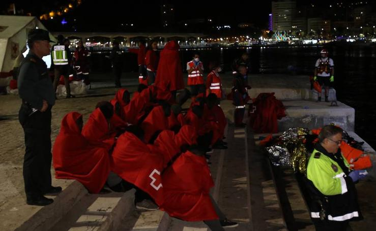 Inmigrantes rescatados por Salvamento Marítimo llegan al puerto de Málaga