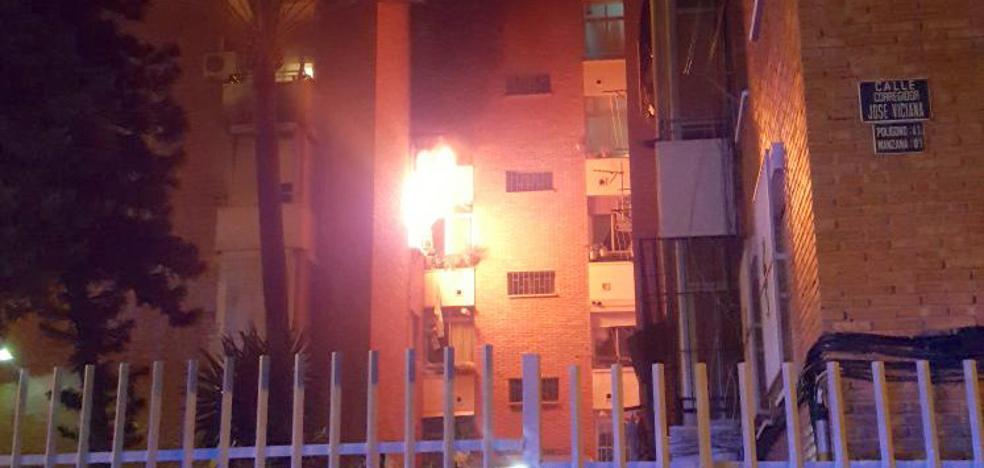 Afectada por inhalación de humo una mujer en el incendio de una vivienda en Portada Alta