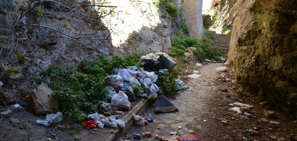 Quejas por la suciedad en un sendero cerrado desde 2002