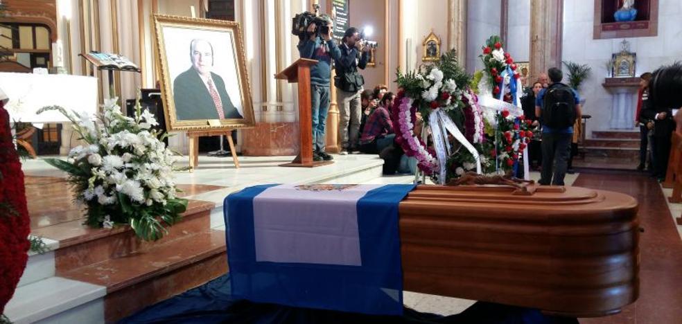 Numerosas personas asisten a la misa funeral de Chiquito de la Calzada