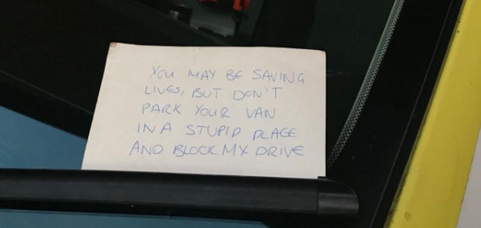 La sorprendente nota sobre el parabrisas de una ambulancia que indigna a las redes