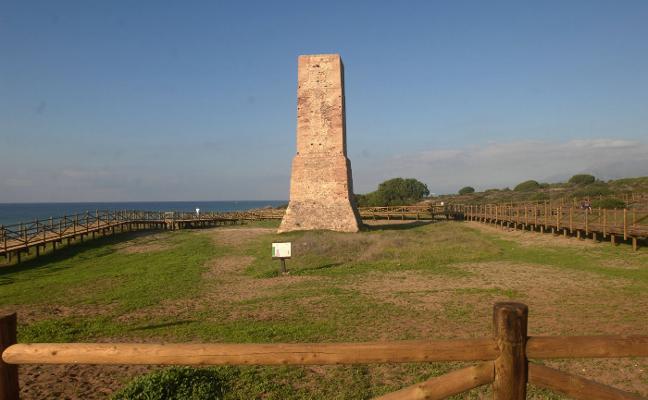Investigadores de la UMA se fijan en torres vigía de Marbella para un estudio sobre el origen de estas fortificaciones