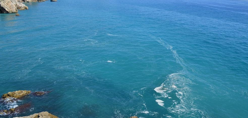Las natas inundan las playas de Nerja en otoño