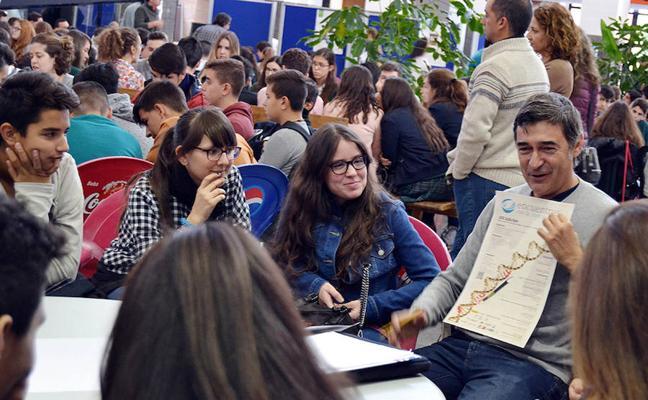 'Café con ciencia' reúne a más de 250 escolares para mostrar la investigación en la UMA