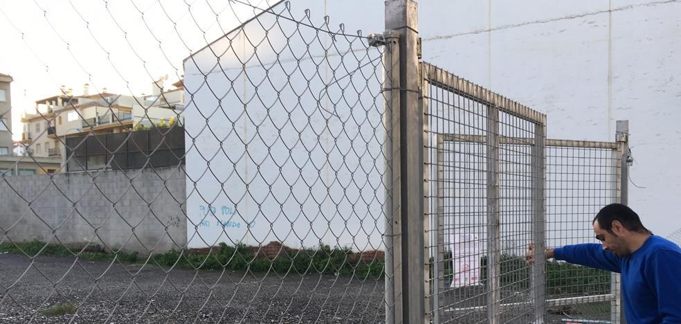 El Ayuntamiento de Vélez fumiga la parcela junto al colegio afectado por la picaduras de pulgas