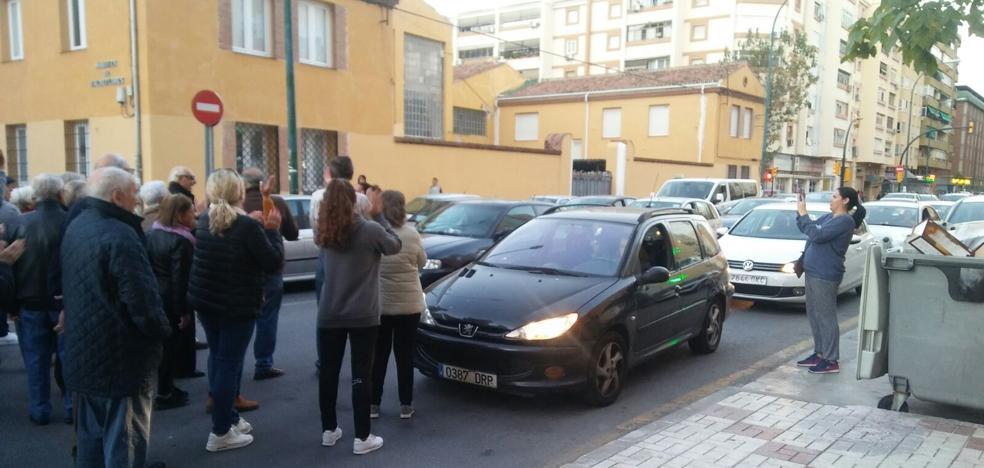 «¡Ya no podemos más!». Vecinos cortan la Carretera de Cádiz para protestar por el edificio okupa de Juan XXIII