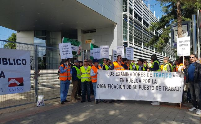 Medio centenar de examinadores de tráfico se manifiestan en Málaga