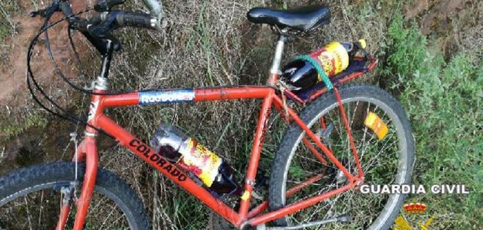 Sorprenden a un ciclista que circulaba ebrio y con dos botellas de vino «para saciar la sed»