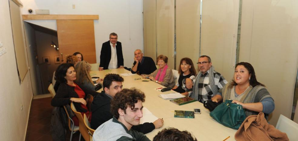 El premio Loewe Álvaro García se mete a profesor