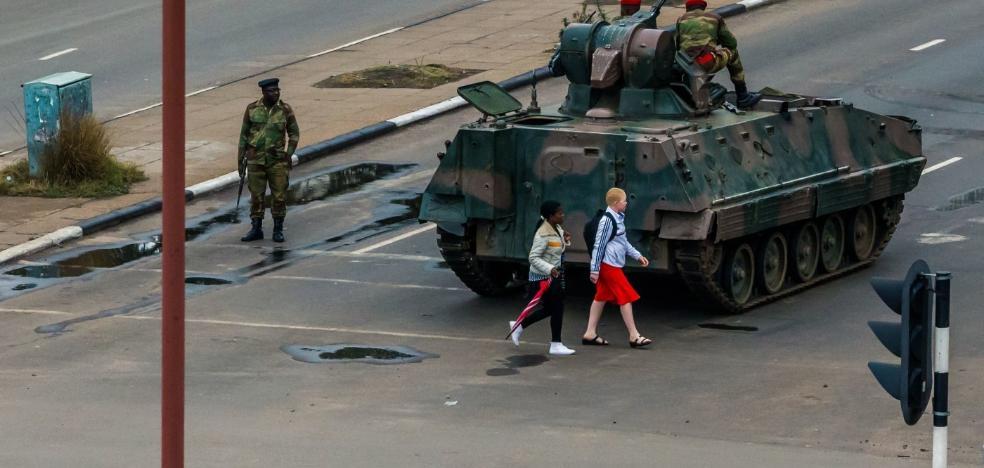 El Ejército toma el control en Zimbabue y pone bajo arresto a Mugabe