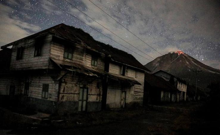 Espectacular erupción del volcán Sinabung en la isla indonesia de Sumatra