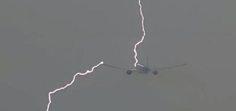Vídeo: Un rayo atraviesa un avión después de despegar en Ámsterdam