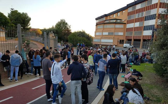 Estudiantes desobedecen la prohibición del decano y montan un botellón en Ciencias
