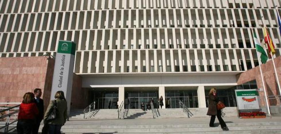 Un año de cárcel y 2.700 euros de multa a una mujer por simular el robo de su bolso en Torre del Mar