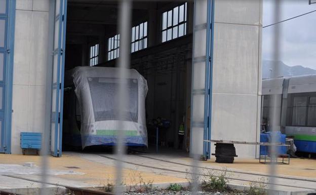 El tranvía de Vélez, parado en junio de 2012. /SUR
