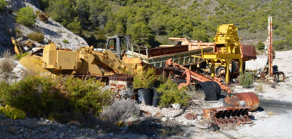 Nerja negocia la retirada de maquinaria pesada abandonada en el parque natural desde 2000