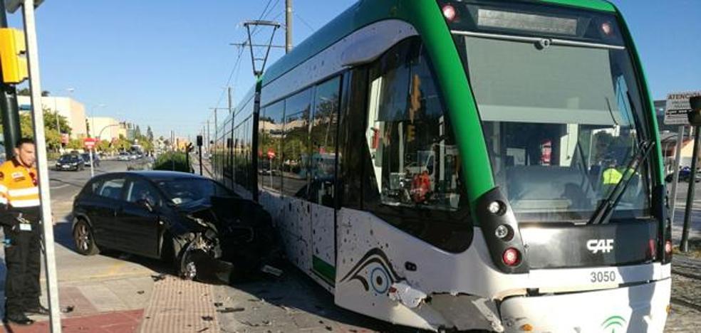 Colisión entre un coche y el metro de Málaga en el bulevar Louis Pasteur