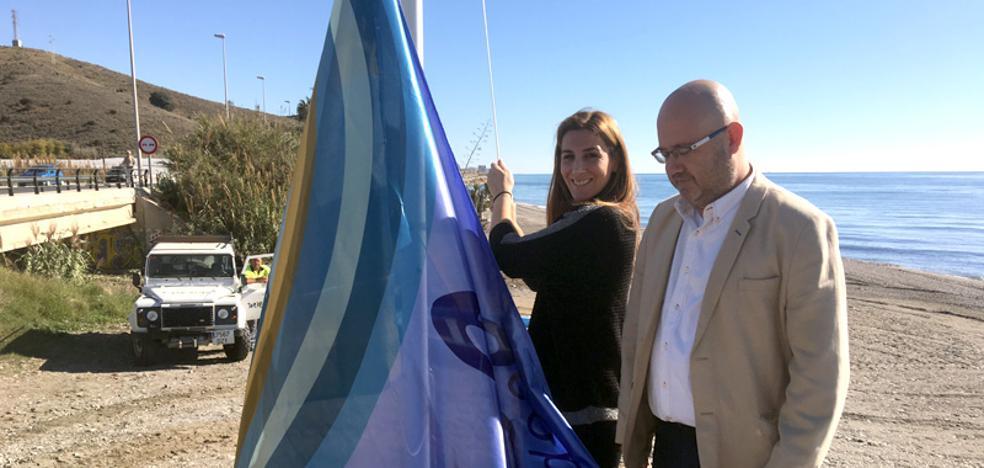 La playa de Lagos en Vélez-Málaga iza la bandera que le concede el reconocimiento de Ecoplaya