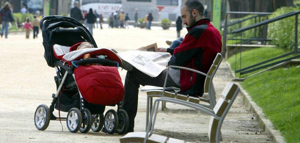 Casi todos los hombres se acogen ya al permiso de paternidad de un mes