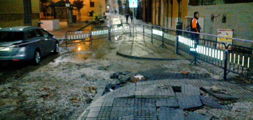 Los vecinos de calle Ollerías recuperan el suministro de agua tras la rotura de una tubería
