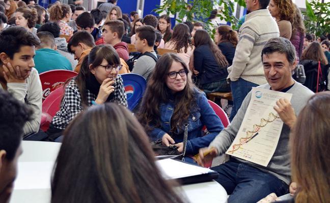 Investigadores hablan de ciencia con 250 escolares