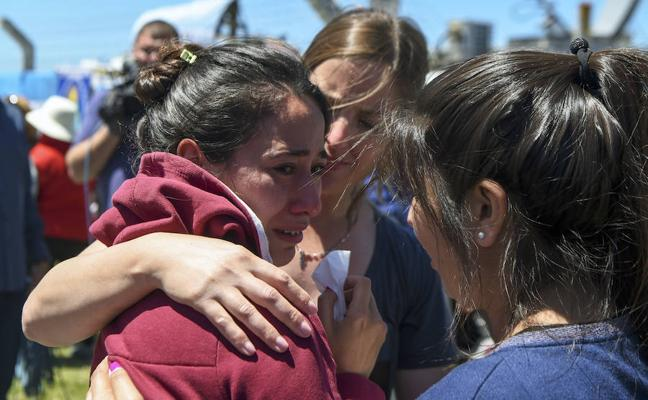 Dolor y llanto entre los familiares de la tripulación del 'San Juan'