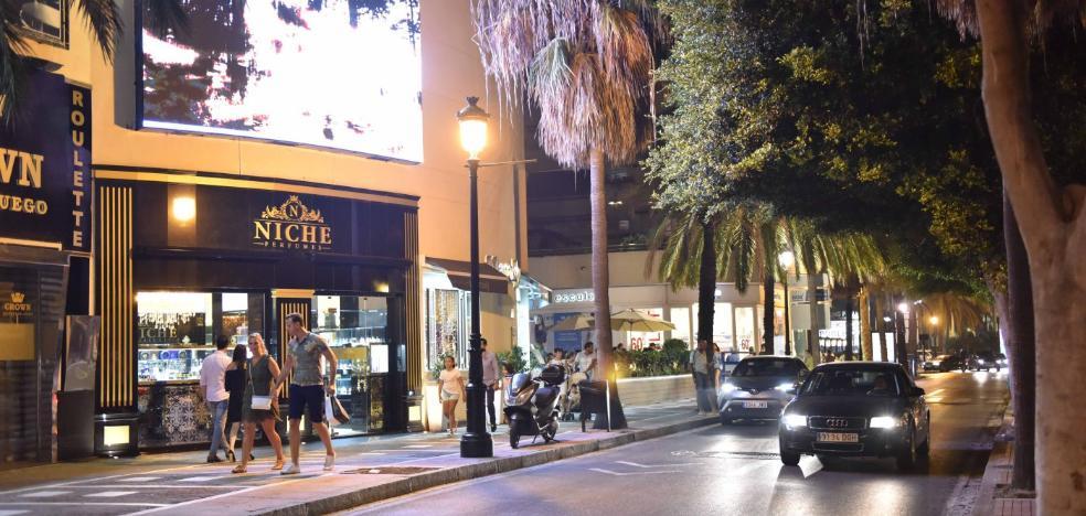 Retiran la pantalla publicitaria de Puerto Banús tras las protestas de los vecinos