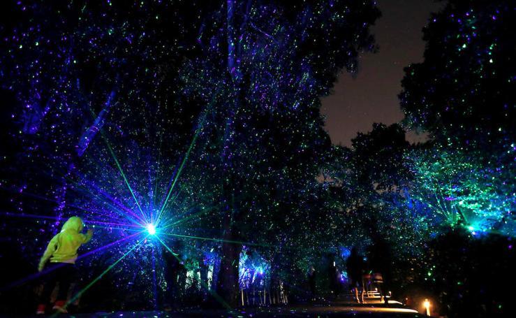 Exposición de luces. Un bosque encantado en los jardines Descanso en La Cañada Flintridge, California
