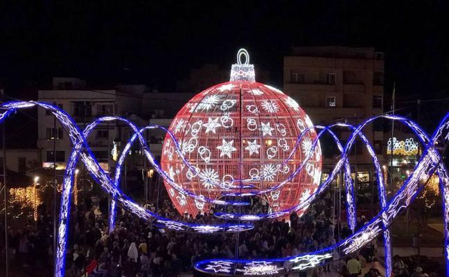 Una enorme bola de Navidad da la bienvenida a las fiestas en Fuengirola