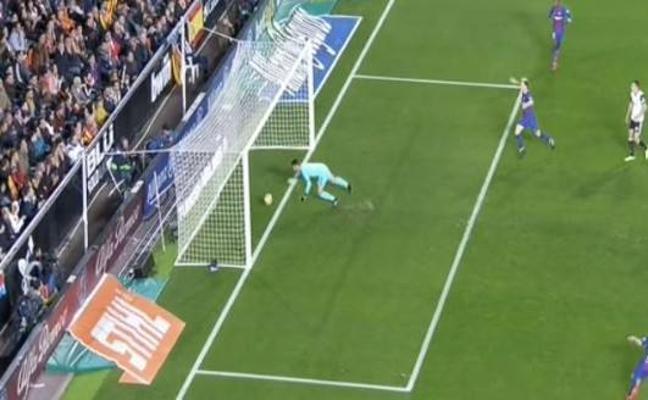 El gol escamoteado a Messi lo eclipsa todo
