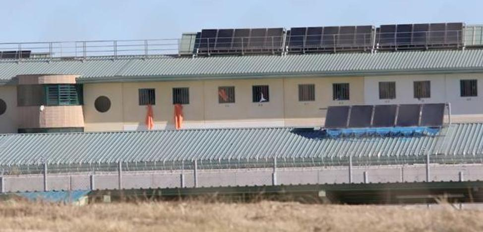 Inmigrantes internados en la cárcel de Archidona se quejan del frío y de la falta de mudas