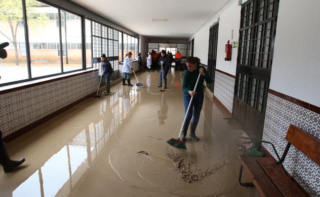 Las lluvias obligan a desalojar un colegio de Campillos