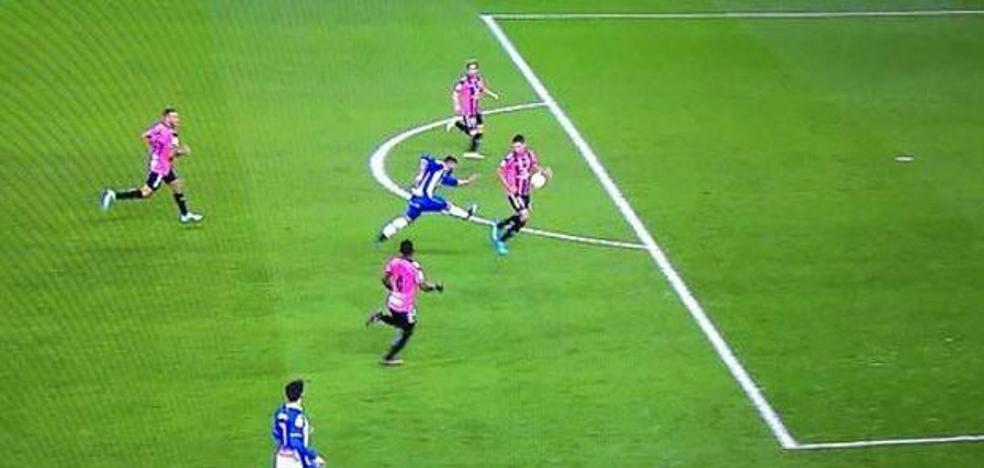 El árbitro que no vio el gol de Messi vuelve a liarla