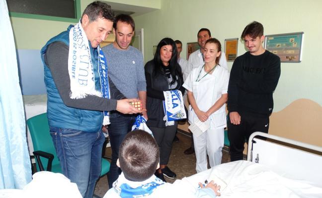 Jugadores del Marbella visitan a los niños ingresados en el hospital