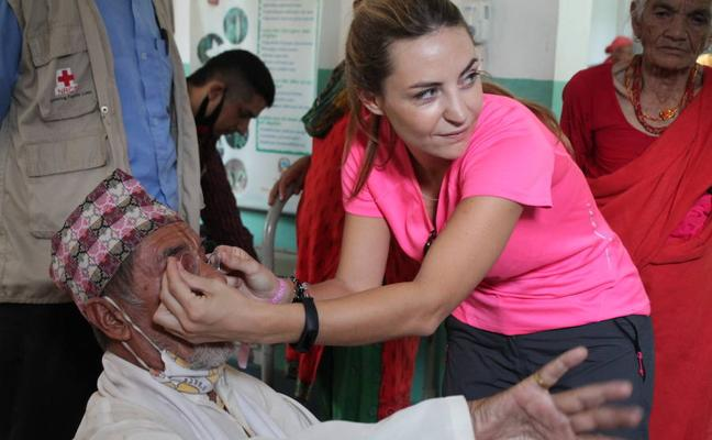 Una óptica malagueña viaja hasta Nepal para graduar la vista a poblaciones empobrecidas